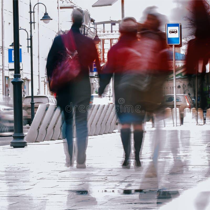 abstrakt bakgrund Avsiktlig rörelsesuddighet Stad i den tidiga våren Gata par av medelålderst, promenera royaltyfri bild