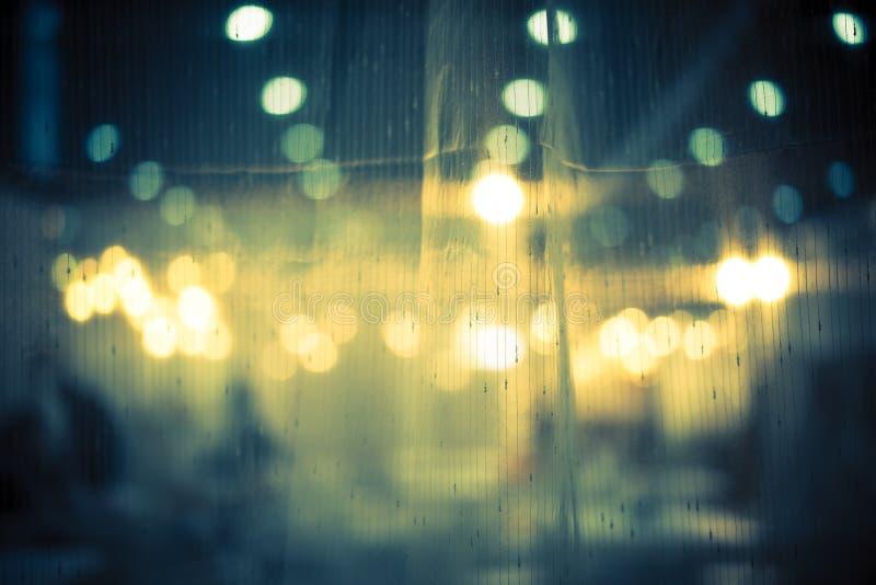 Abstrakt bakgrund för mörker och för tappning av nattbokeh till och med den ljusa gardinen arkivfoton