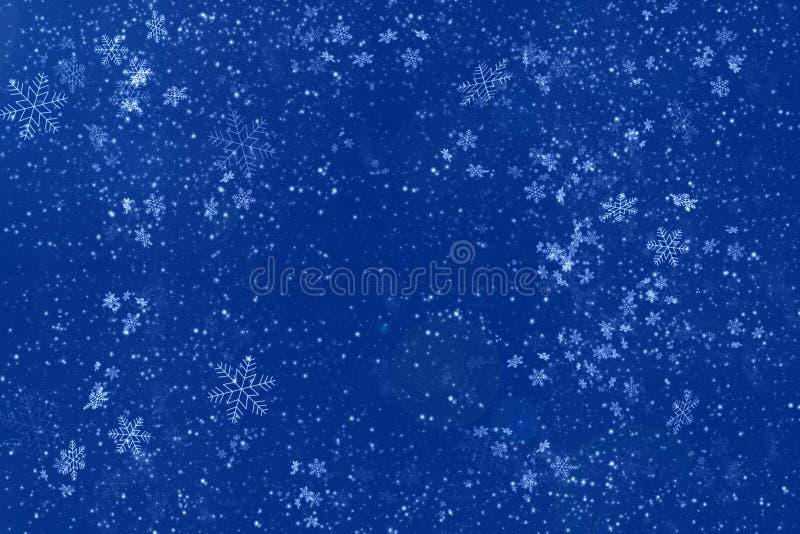 Abstrakt bakgrund f?r Blue med vita snowflakes kopiera avst?nd Nytt ?r och julber?mbegrepp royaltyfria bilder