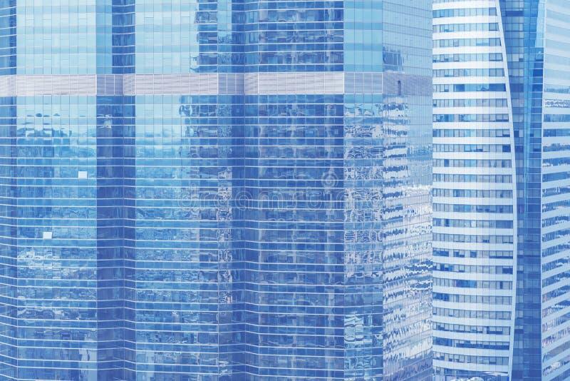 Abstrakt bakgrund från det blåa exponeringsglasfönstret, hög modern busine royaltyfri foto