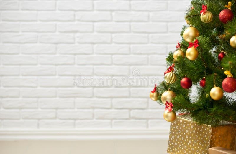 Abstrakt bakgrund från julträd och mellanrumstegelstenvägg, klassisk vit inre bakgrund, kopieringsutrymme för text, vinterferie royaltyfria bilder