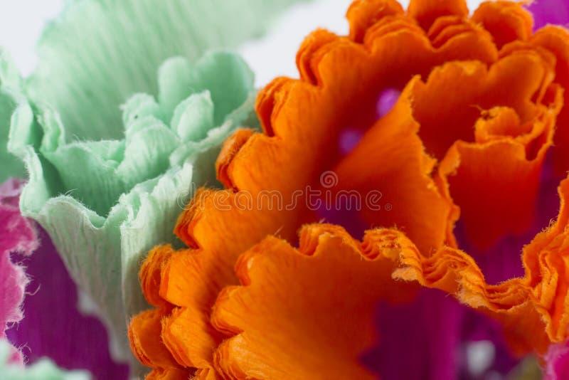 Abstrakt bakgrund med färgat remsor av rapspapper arkivfoto