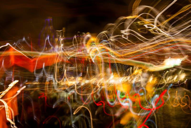 Abstrakt bakgrund med färgglade linjer över mörker arkivbilder