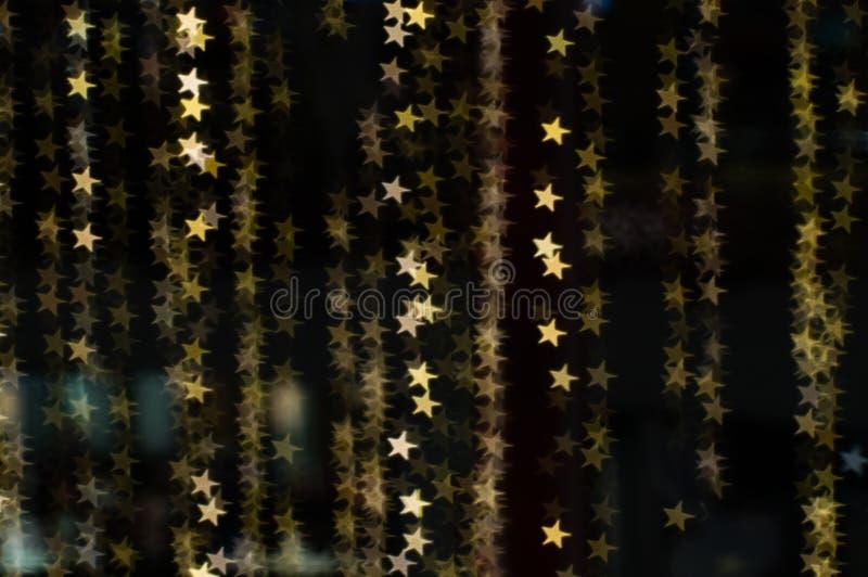 Abstrakt bakgrund och textur av guld- bokehljus för garnering i den utomhus- händelsen royaltyfri fotografi