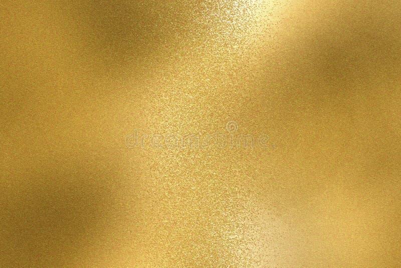 Abstrakt bakgrund, skinande textur för folie för gul metall arkivfoton