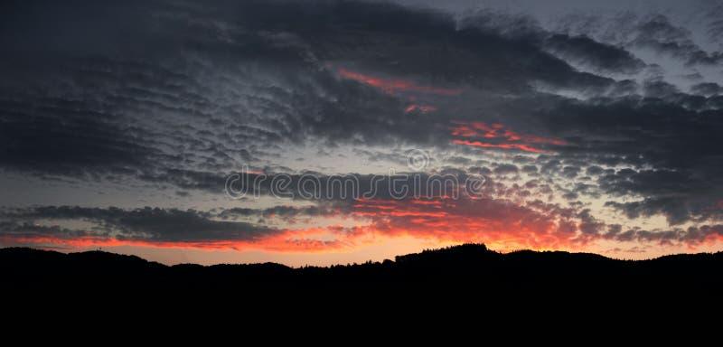 abstrakt bakgrundsnatur Dramatiska och lynniga rosa färger, purpurfärgad molnig solnedgånghimmel royaltyfri bild