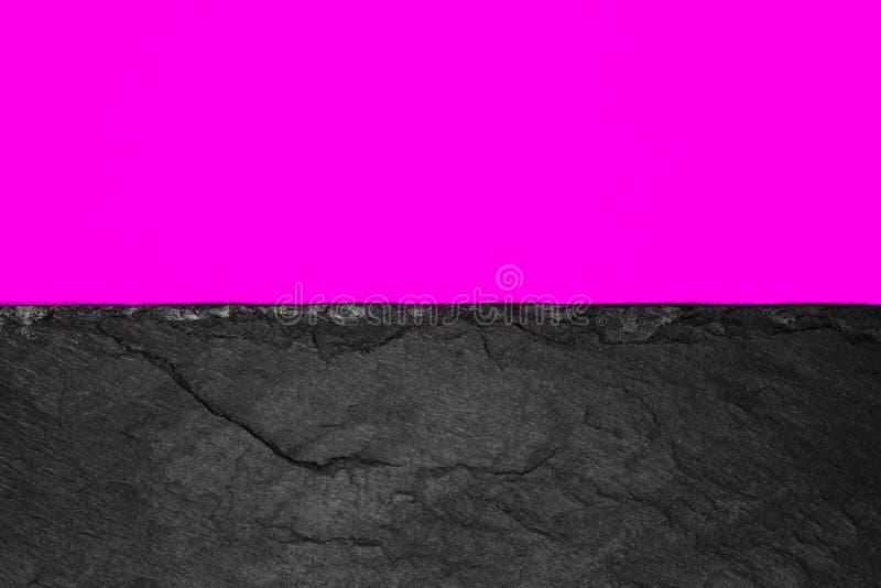 Abstrakt bakgrundssammansättning av delat i det livliga purpurfärgade färgpapperet för halva och den svarta stenen med kopierings arkivbild