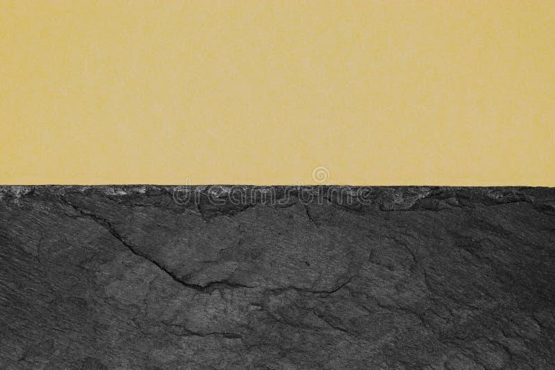 Abstrakt bakgrundssammansättning av delat i det matt beigea färgpapperet för halva och den svarta stenen med kopieringsutrymme fotografering för bildbyråer