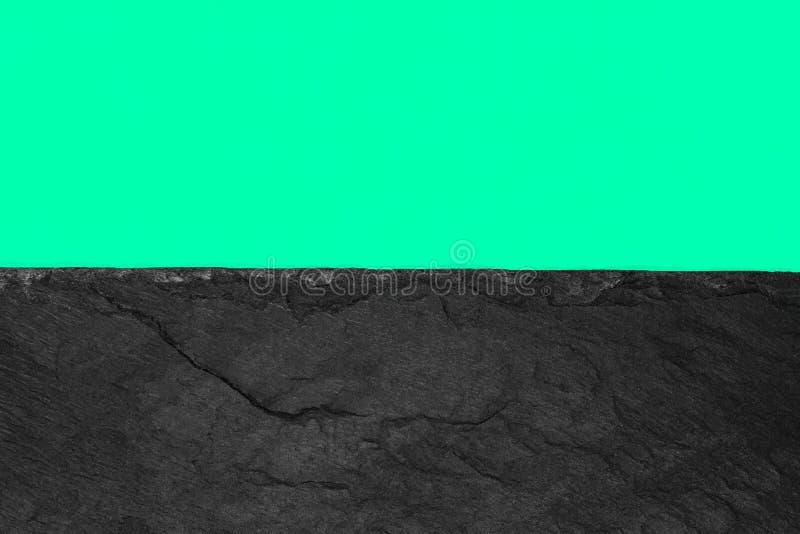 Abstrakt bakgrundssammansättning av delat i papperet för grön färg för halva det livliga mjuka och den svarta stenen med kopierin royaltyfri foto