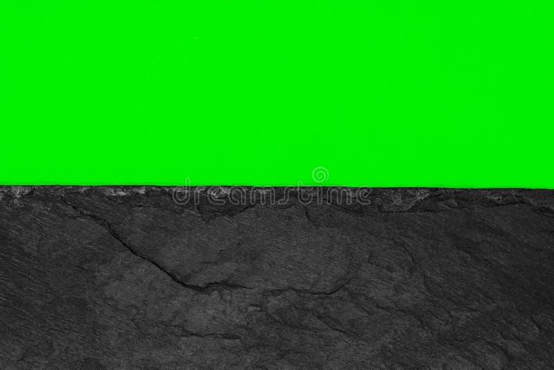 Abstrakt bakgrundssammansättning av delat i papperet för grön färg för halva det livliga och den svarta stenen med kopieringsutry arkivfoto