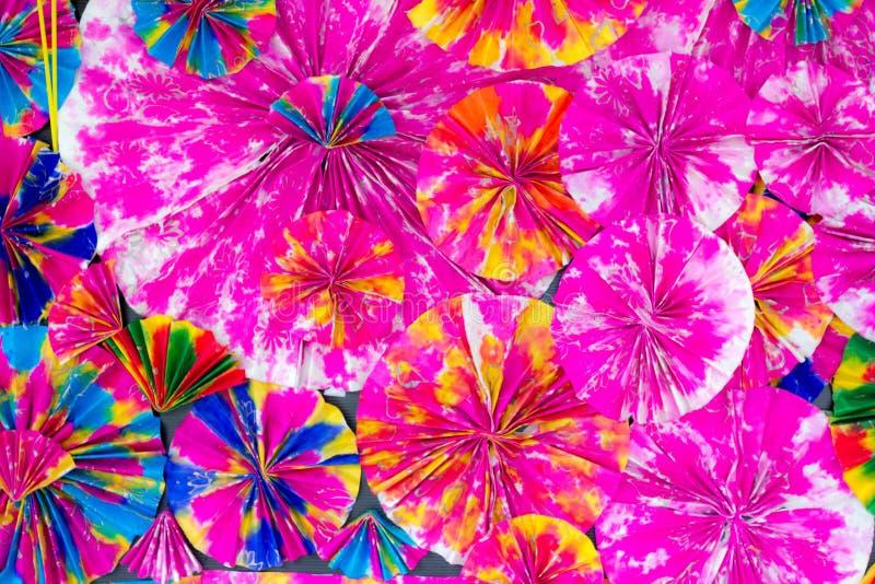 Abstrakt begrepp av färgrika pappers- filigranremsor vek i vågor , Bac arkivbild