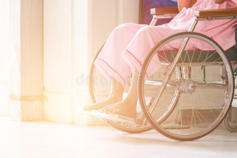 Abstrakt begrepp av kvinnan på rullstolen i Front Of The Outpatient Depar arkivfoton