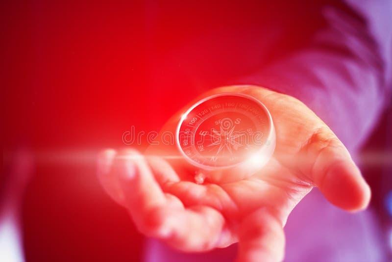 Abstrakt begrepp färgrik affärsman med ett kompassinnehav i hand royaltyfri bild