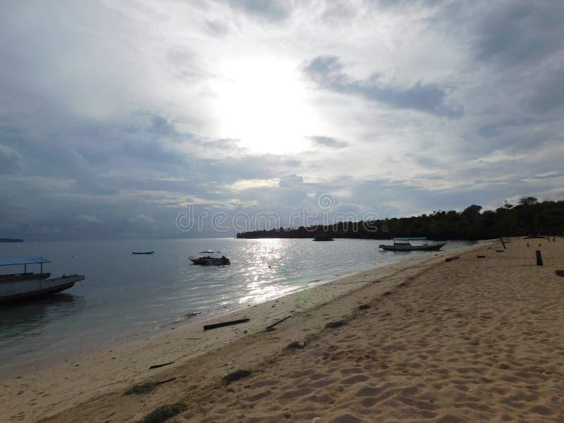 Abstrakt begrepp fartyg, strand, himmel, natur arkivfoto