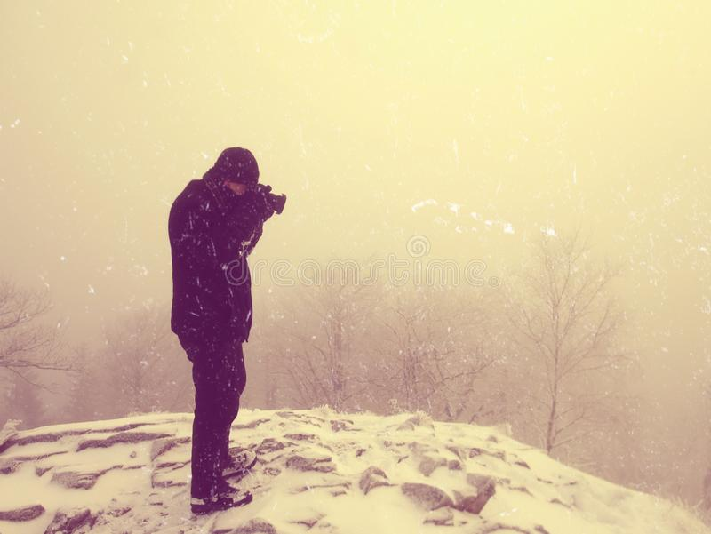 Abstrakt begrepp Fotvandraren i varmt omslag tycker om sikt över snöig moln Vinterbergmaximum fotografering för bildbyråer