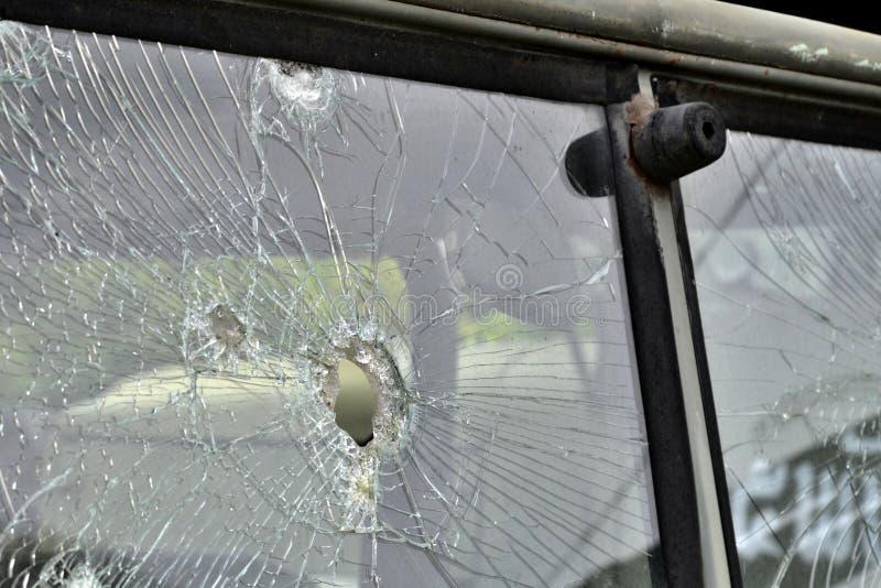 Abstrakt begrepp knäckt fönsterexponeringsglas på den antika lastbilen royaltyfri foto