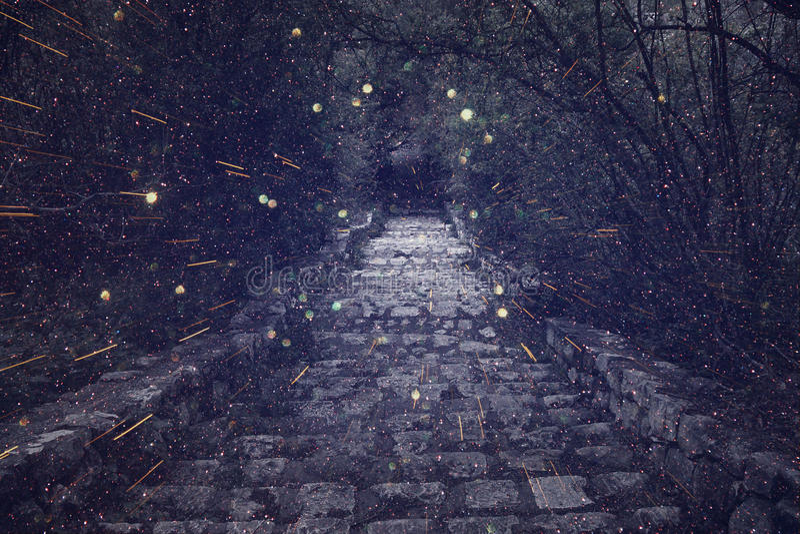 Abstrakt begrepp och mystisk bild av den gamla häxaslottporten arkivbilder