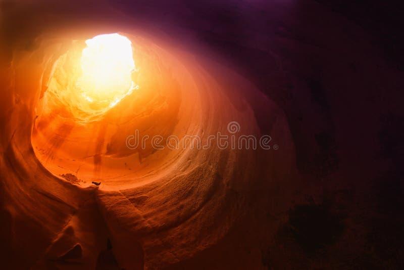 Abstrakt begrepp och surrealistisk bild av grottan med ljus uppenbarelsen och öppnar dörren, berättelsebegrepp för helig bibel arkivfoto