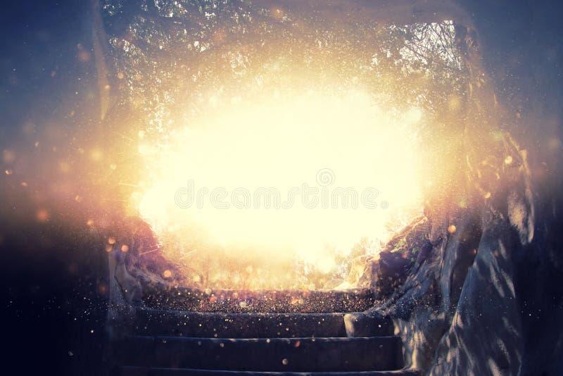 Abstrakt begrepp och surrealistisk bild av grottan med ljus uppenbarelsen och öppnar dörren, berättelsebegrepp för helig bibel royaltyfri bild