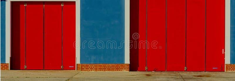 Abstrakt begrepp RNLI-logofärger som målas på livräddningsbåtstation royaltyfri fotografi