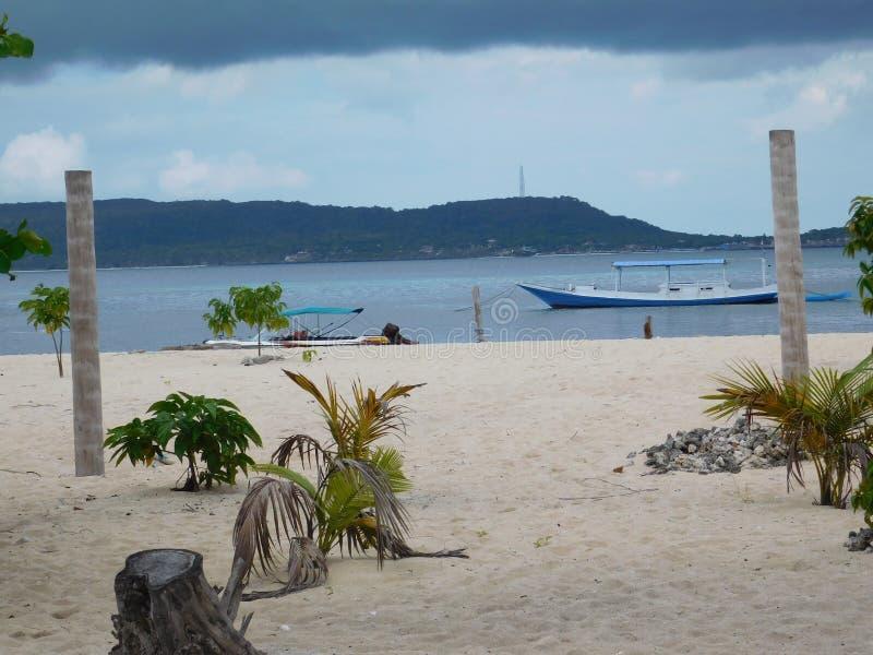Abstrakt begrepp sand, fartyg, djungel som är djupgående, vatten arkivfoto