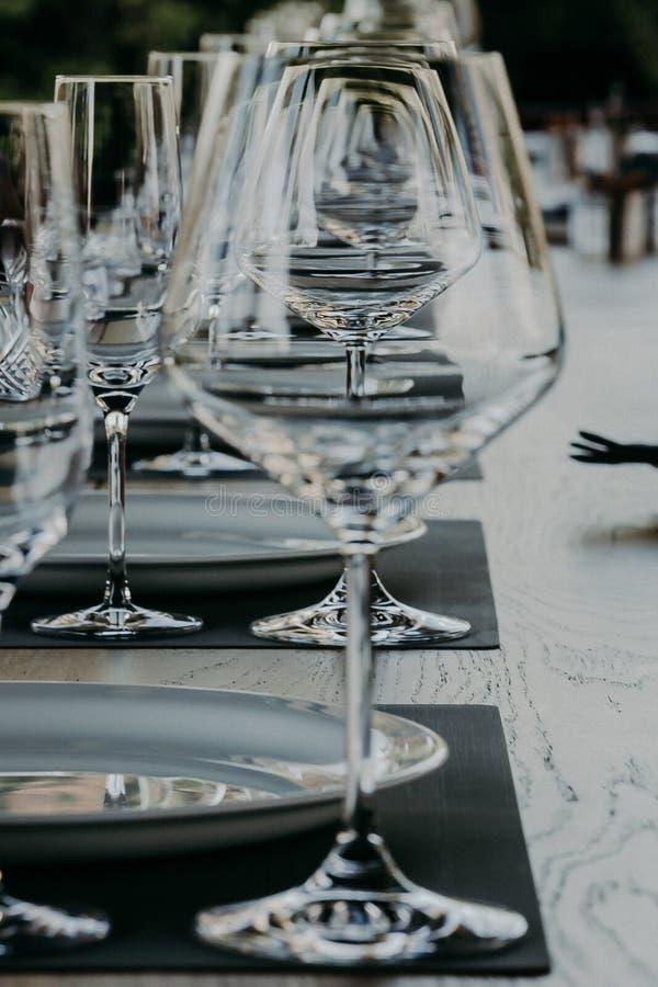 Abstrakt begrepp som är tomt av vinexponeringsglas, färgbakgrund fotografering för bildbyråer
