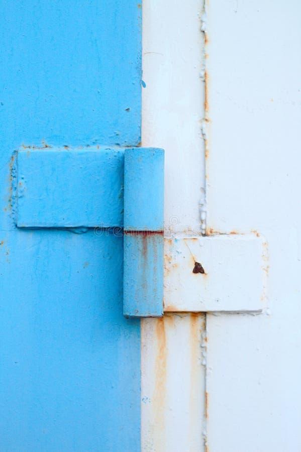 abstrakt bild av en gammal blå dörrmarkis för vit metall arkivfoto