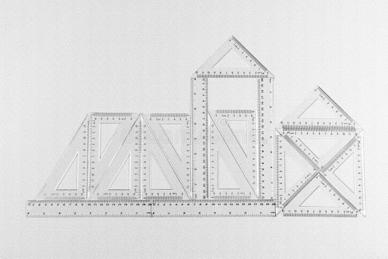 Abstrakt bild av konstruktion som göras från genomskinliga linjaler vektor illustrationer