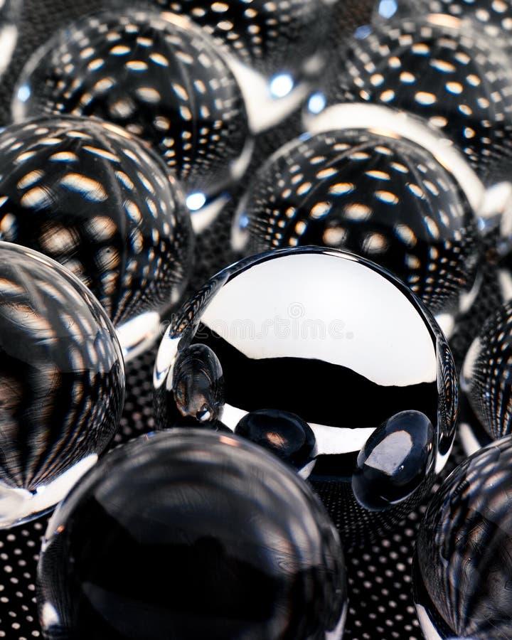 Abstrakt bild av spegelförsedda Orbs på en mönstrad bakgrund royaltyfri bild