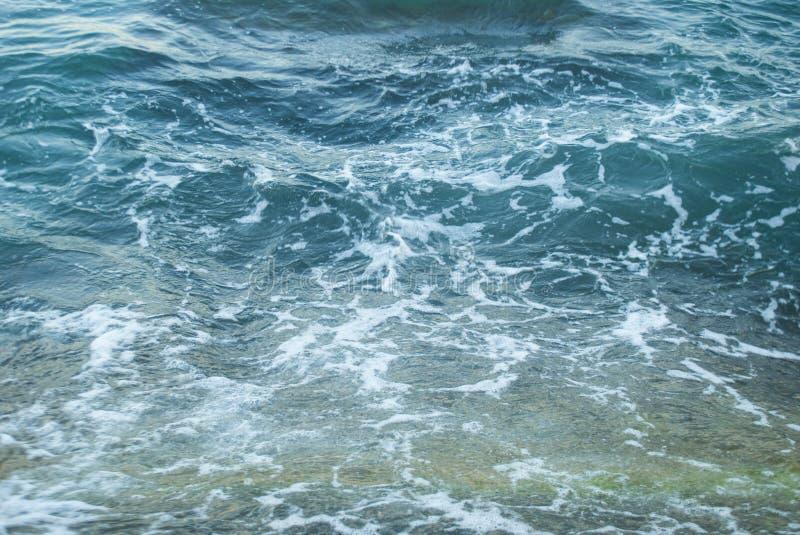 Abstrakt blått havsvatten med vitt skum för bakgrund royaltyfria foton