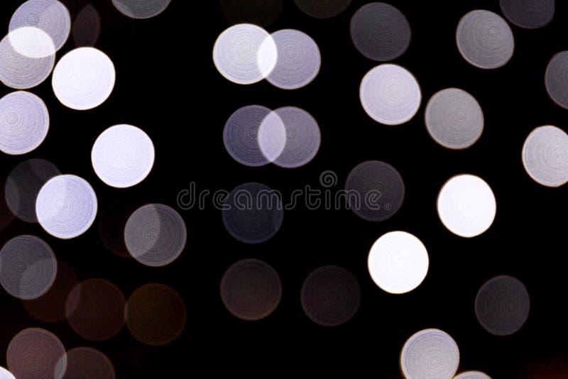 Abstrakt bokeh av vita stadsljus p? svart bakgrund defocused och suddigt m?nga runt ljus vektor illustrationer