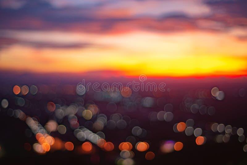 Abstrakt bokeh från härlig solnedgång på Songkhla Thailand Cityscape i aftonen royaltyfri fotografi
