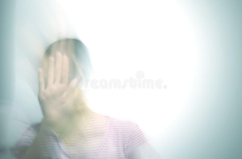 Abstrakt brotts- bakgrund, ledsen kvinna, spöklik hand, ledsen tonårs- flicka med händer royaltyfria bilder
