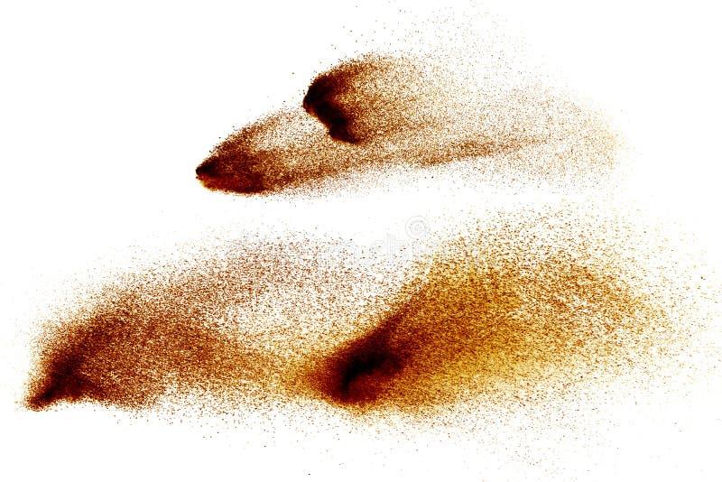 Abstrakt brunt färgad sandfärgstänk på vit bakgrund royaltyfri foto