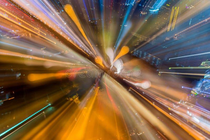 Abstrakt cirkulär av ljus bilbokeh i stad på natten royaltyfria foton