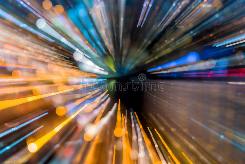 Abstrakt cirkulär av ljus bilbokeh i stad på natten arkivbilder