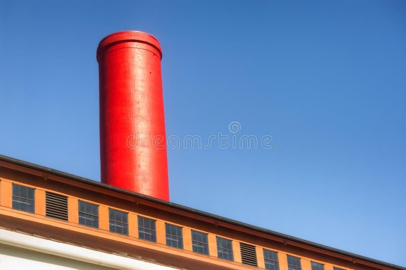 Download Abstrakt Czerwona Dymna Sterta Przeciw Niebieskiemu Niebu Zdjęcie Stock - Obraz złożonej z budynek, sterta: 106911786