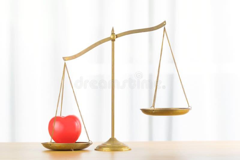 Abstrakt czerwony serce na balansowym mosiądzu obraz royalty free