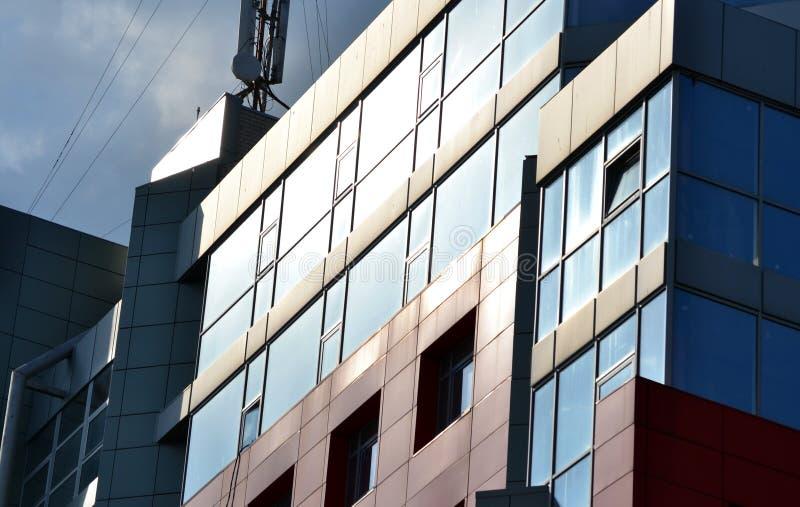 abstrakt del av en modern byggnad i eftermiddagen royaltyfri bild