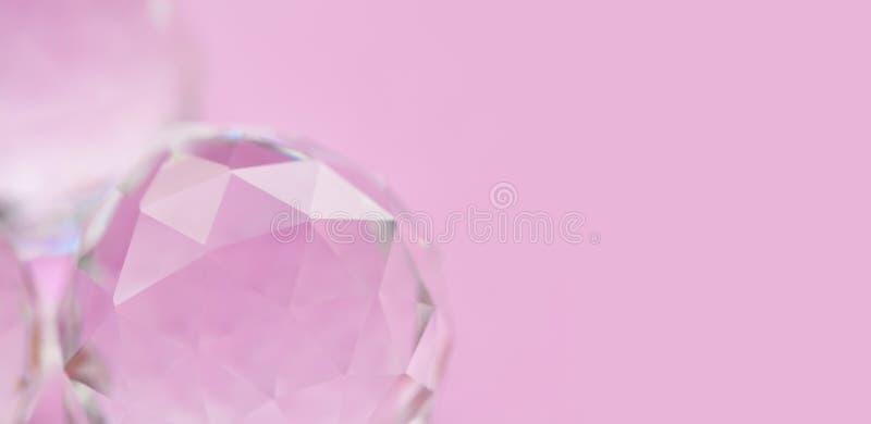 Abstrakt diamantsten på rosa bakgrund Härlig crystal ädelsten, geometriska polygonformer makrosikt, grunt djup av royaltyfri fotografi