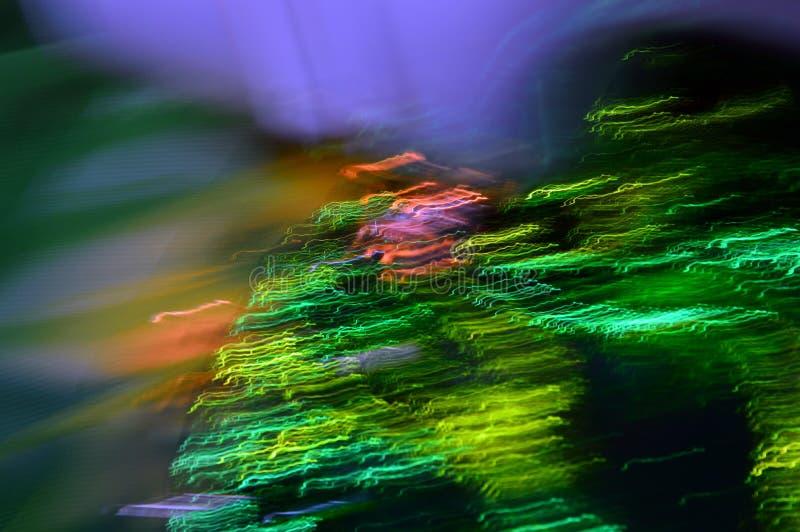 Abstrakt, färglös bakgrund Digital konst Grön våg med lila ljusstrålar royaltyfria bilder