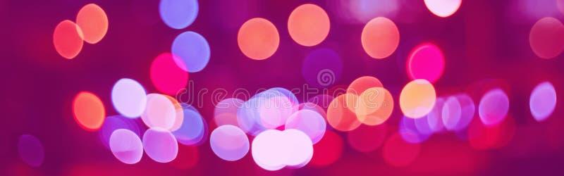 Abstrakt, färglös, suddig, kinematisk bakgrund Mörkt rosa, violett, pirat, gul nattlig romantisk nattbelysning arkivfoto