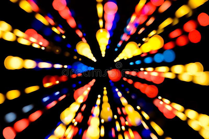 Abstrakt festlig bakgrund med ljus för realistisk bokeh för foto defocused Julatmosfär som skiner in i utrymmet royaltyfri foto