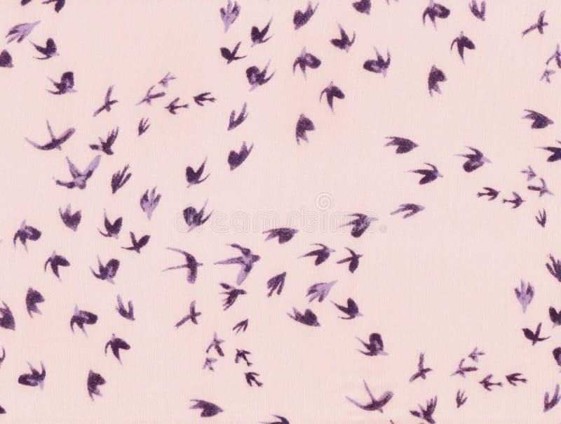 Abstrakt flyg av svalor arkivfoto