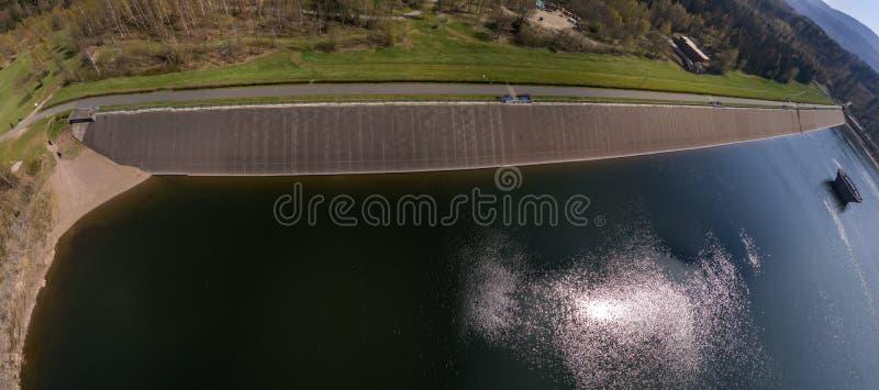 Abstrakt flyg- sikt av fördämningväggen av en fördämning från vattensidan, sammansatt cylindrisk panorama från individuella sikte arkivbild