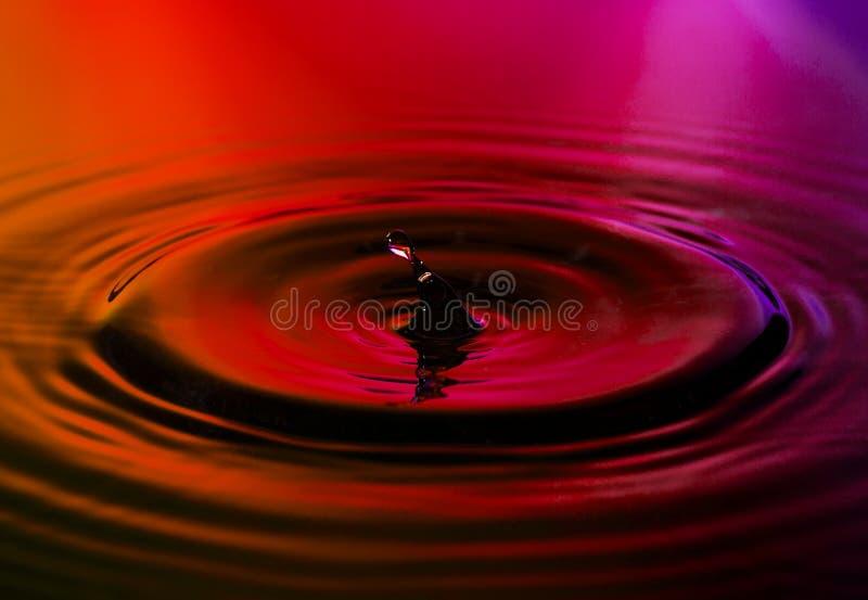 Abstrakt foto av vattendroppe på trevlig bakgrund arkivfoton