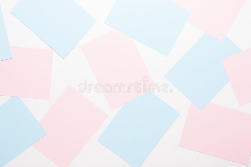 Abstrakt geometrisk bakgrund i ljusa pastellfärgade signaler från ark av tjockt blekt förgånget papper royaltyfria foton