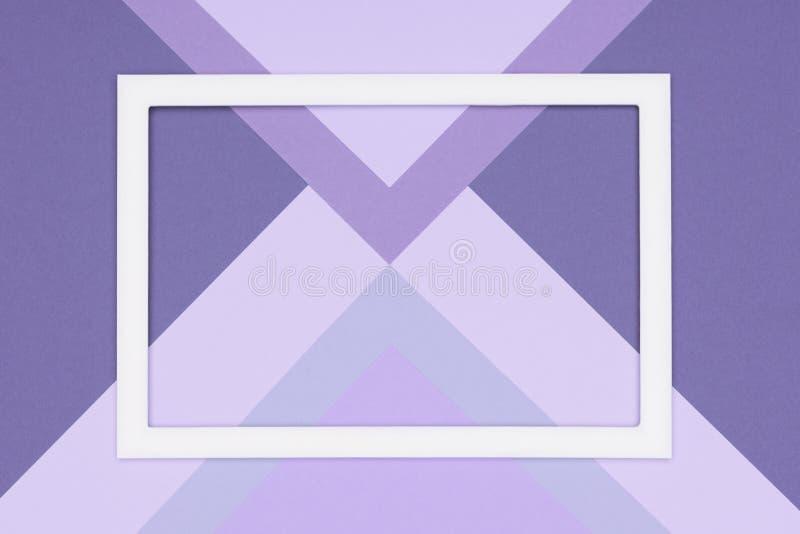 Abstrakt geometrisk pastellfärgad lekmanna- bakgrund för lila- och ultravioletpapperslägenhet Minimalism, geometri och symmetrima arkivfoto