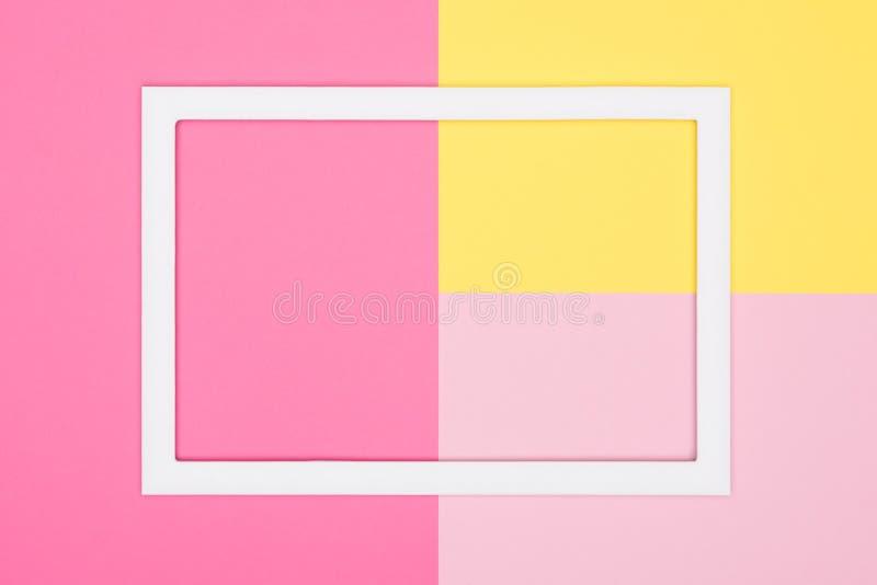 Abstrakt geometrisk pastellfärgad lekmanna- bakgrund för rosa färg- och gulingpapperslägenhet Minimalism, geometri och symmetrima royaltyfri foto