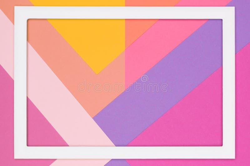 Abstrakt geometrisk pastellfärgad lekmanna- bakgrund för rosa färg- och ultravioletpapperslägenhet Minimalism- och geometrimall royaltyfri fotografi